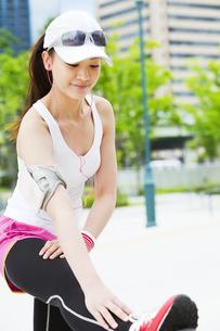 ストレッチをする若い女性の写真素材 [FYI01293011]