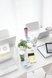 テーブルの上のビジネス小物の写真素材 [FYI01293012]