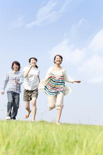 走っている若者3人の写真素材 [FYI01293014]