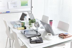 テーブルの上のビジネス小物の写真素材 [FYI01293044]