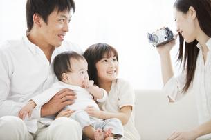 ビデオを撮る母親と父親と子供2人の写真素材 [FYI01293048]