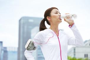 スポーツウェア姿で水を飲む女性の写真素材 [FYI01293091]