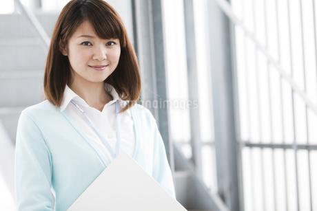 ファイルを持つ女性の写真素材 [FYI01293104]