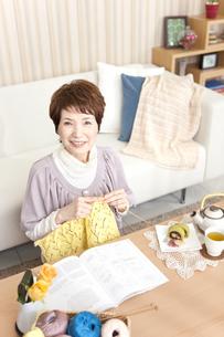 編み物をしている中高年女性の写真素材 [FYI01293110]