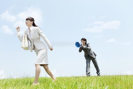 メガホンを持つビジネスマンとビジネスウーマンの写真素材 [FYI01293114]