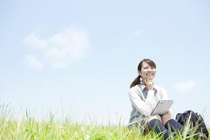 タブレットPCを持つ女子高生の写真素材 [FYI01293121]