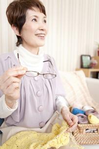 遠くを見ている笑顔の中高年女性の写真素材 [FYI01293134]