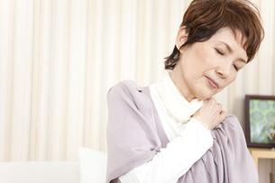 肩を押さえている中高年女性の写真素材 [FYI01293137]