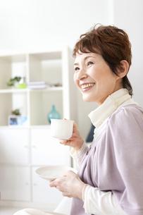 ティータイム中の中高年女性の写真素材 [FYI01293175]
