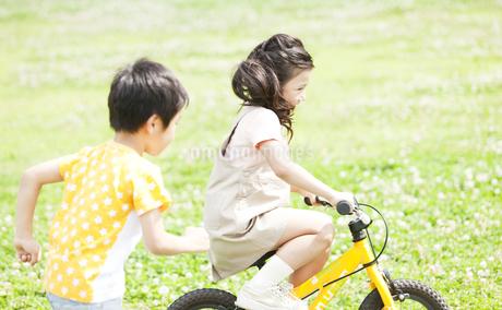 自転車に乗る女の子と男の子の写真素材 [FYI01293255]