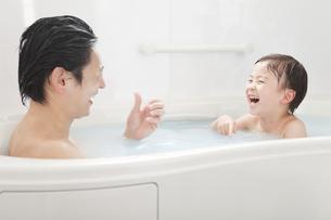 入浴する親子の写真素材 [FYI01293288]