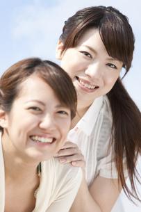笑顔の若者2人の写真素材 [FYI01293299]