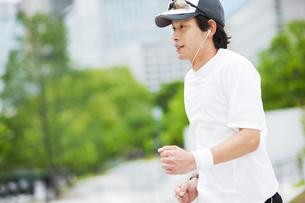 ジョギングをする若い男性の写真素材 [FYI01293321]