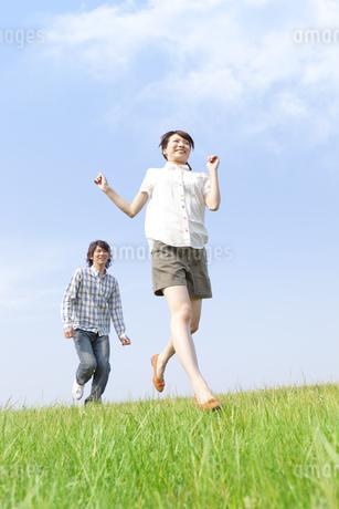 走っているカップルの写真素材 [FYI01293349]