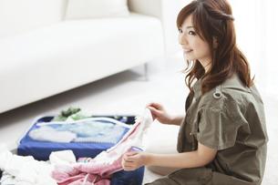 旅行の準備をする女性の写真素材 [FYI01293362]