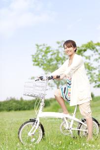 自転車に乗っている女性の写真素材 [FYI01293381]