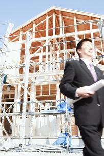 建設現場と図面を持つ男性の写真素材 [FYI01293382]