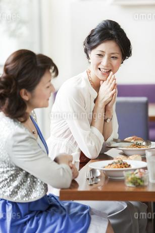 レストランで食事をする2人の女性の写真素材 [FYI01293425]