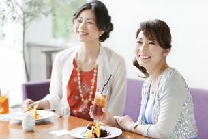 ティータイムを楽しむ2人の女性の写真素材 [FYI01293430]