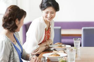 レストランで食事をする2人の女性の写真素材 [FYI01293431]