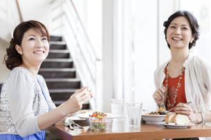 レストランで食事をする2人の女性の写真素材 [FYI01293465]