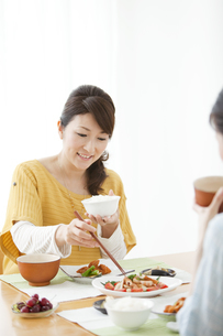 ご飯を食べる女性の写真素材 [FYI01293474]