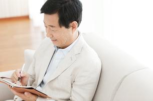 手帳を持つ中高年男性の写真素材 [FYI01293536]