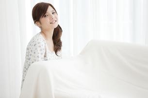ソファーを運ぶ女性の写真素材 [FYI01293554]