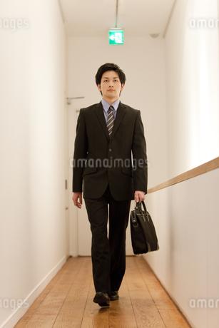 廊下を歩いているビジネスマンの写真素材 [FYI01293607]