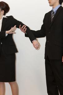 喧嘩をするビジネスマンとビジネスウーマンの写真素材 [FYI01293635]
