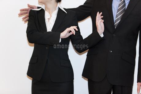 喧嘩をするビジネスマンとビジネスウーマンの写真素材 [FYI01293652]