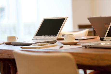 テーブルの上のビジネス小物の写真素材 [FYI01293656]