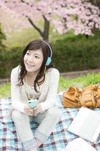 音楽を聴く女性の写真素材 [FYI01293722]