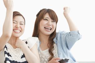 ガッツポーズをしている女性2人の写真素材 [FYI01293746]