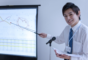 グラフを指しているビジネスマンの写真素材 [FYI01293807]