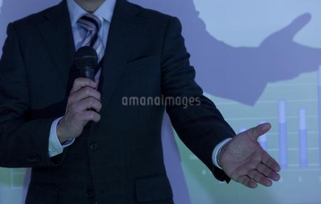 説明をしているビジネスマンの写真素材 [FYI01293826]