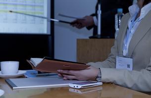 打ち合わせ中のビジネスマンとビジネスウーマンの写真素材 [FYI01293863]