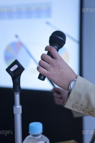 プレゼンテーションをしているビジネスウーマンの写真素材 [FYI01293911]