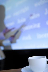 テーブルの上のコーヒーカップの写真素材 [FYI01293916]