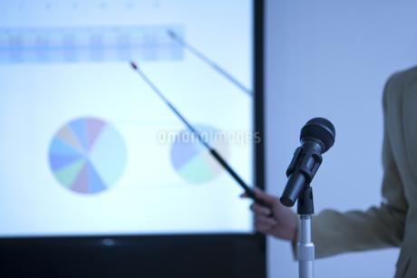 プレゼンテーションをしているビジネスウーマンの写真素材 [FYI01293988]