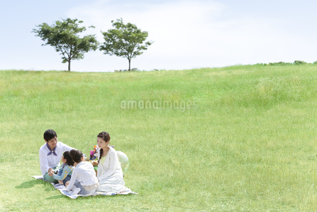話をしている家族4人の写真素材 [FYI01294012]