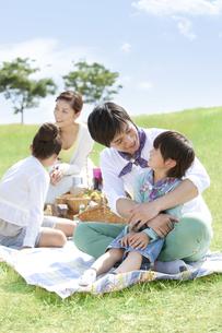 話をしている家族4人の写真素材 [FYI01294014]