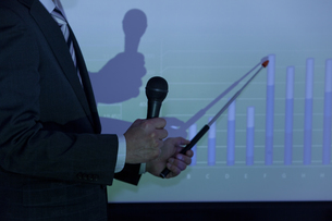 グラフを指しているビジネスマンの写真素材 [FYI01294020]
