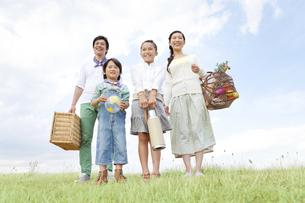 遠くを見ている笑顔の家族4人の写真素材 [FYI01294120]