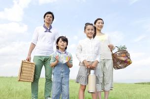 遠くを見ている笑顔の家族4人の写真素材 [FYI01294124]