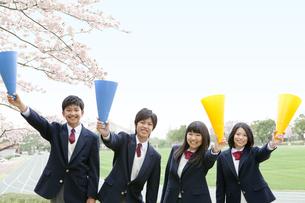 メガホンを持つ男女学生4人の写真素材 [FYI01294207]
