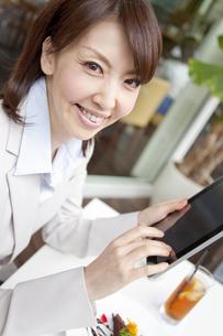 タブレットPCを操作しているビジネスウーマンの写真素材 [FYI01294224]