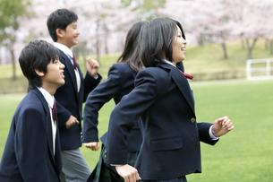 走る男女学生4人の写真素材 [FYI01294255]