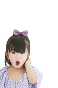 口を開ける女の子の写真素材 [FYI01294309]
