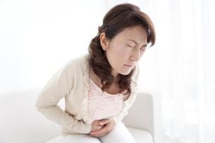 腹痛の女性の写真素材 [FYI01294355]